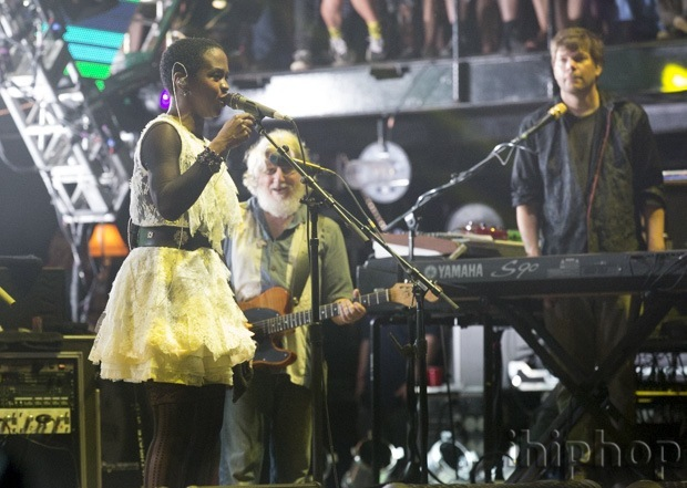 Lauryn Hill performs with The String Cheese Incident